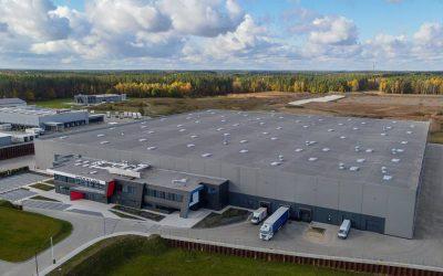 Montaż drzwi w nowym Centrum Logistycznym INTER LAND